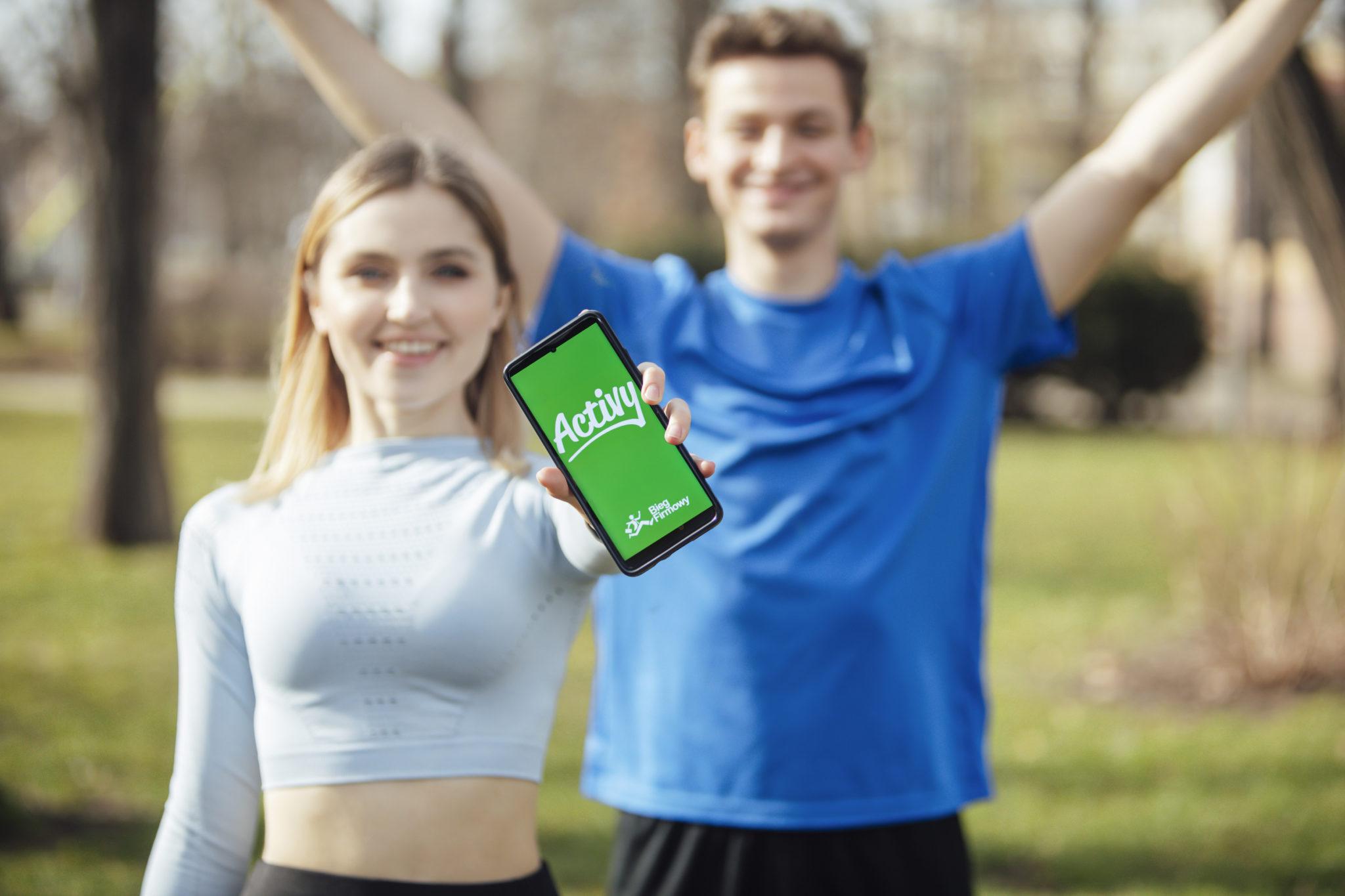dwie osoby pokazujące aplikację biegu firmowego